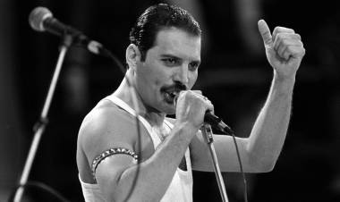 Un dia como hoy de 1991 Freddie Mercury ,el líder de Queen murió y conmovió al mundo